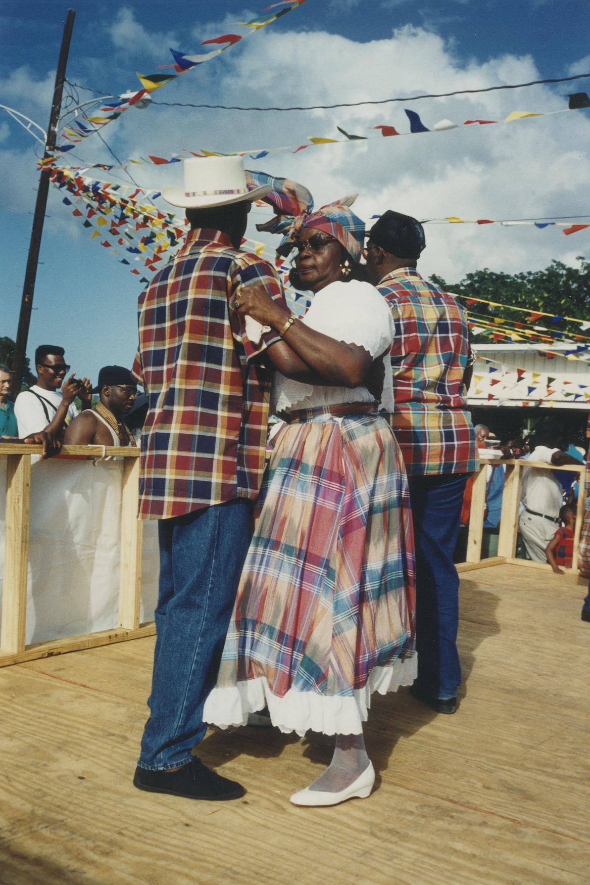 """Medlemmer fra dansegruppen """"The Heritage Dancers"""" danser mazurka ved en danseopvisning på et marked på Sankt Croix i 1995 (Foto: Anders Christensen, Dansk Folkemindesamling ved Det Kongelige Bibliotek)"""